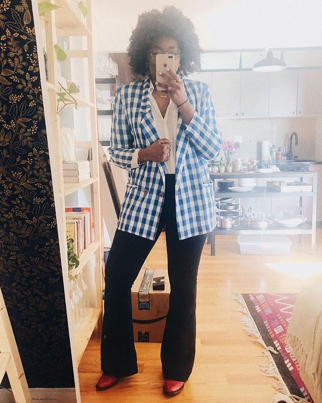 SPRING HAS SPRUNG LADIES (and by ladies, I mean all y'all). Raise ur hand if ur ready for light layers, bright colors, me bombarding u with mirror selfies, and most importantly-letting them legs OUTTTT 🙋🏾♀️🦵🏾✨ • • • • • #fashion #style #design #photooftheday  #instagood #nyblogger #details #darlingdaily #liveessential #pursuepretty #darligeveryday