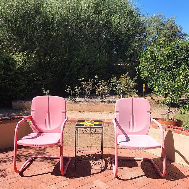 Two pink chairs in #tucson . . . . #designabrand #colorhunters #colorcrush #abmlifeiscolorful #abmhappylife #lifecolorfully #colorlove #dscolor #minimalmood #minimalove #minimal_perfection #minimalhunter #minimalismo #minimal_graphy #minimalfashion #desert #tucson #blueskies #universityofarizona #collegelife #createcultivate #desertlife #arizona_landscapes #travelholic #travelamerica