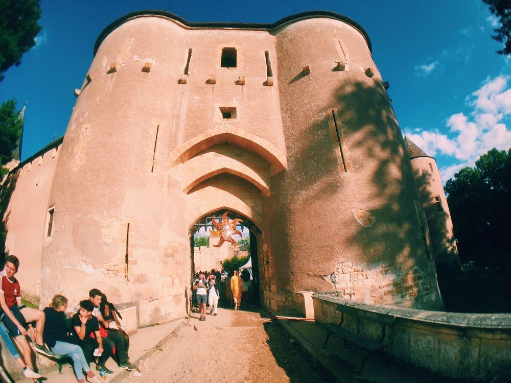 Quand il fait jour on se repère encore facilement entre les 7 différentes scènes, dont 3 sont situées dans l'enceinte du château. Quand il fait nuit c'est une autre histoire.