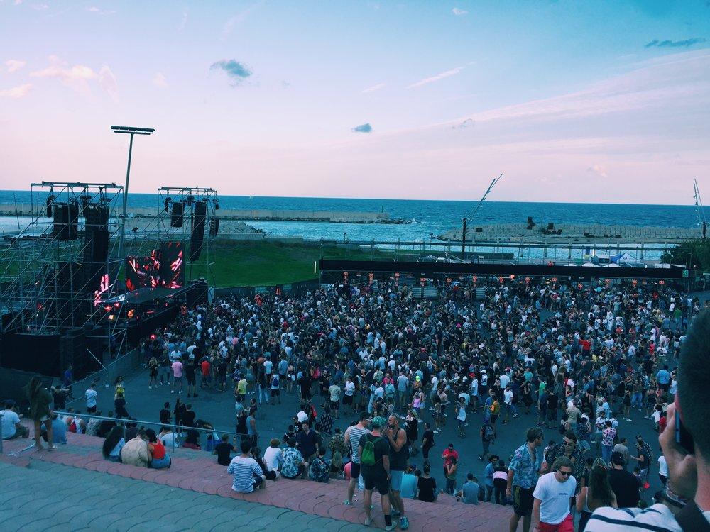 Une fois la nuit tombée et la scène remplie, des milliers de festivaliers se retrouvent ici.