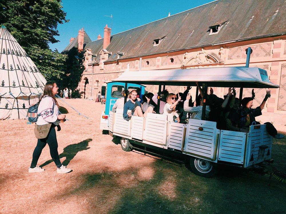 C'est àbord du petit train qui promenait les festivaliers les plus joyeux que l'on vous emmène faire un tour de ce château, hors du temps...