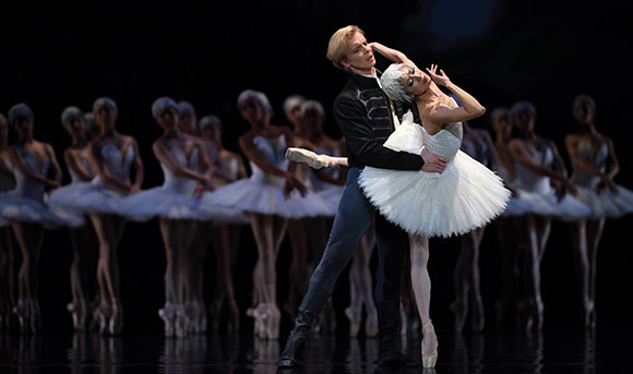 Yuan Yuan Tan and Tiit Helimets in Tomasson's  Swan Lake . (© Erik Tomasson)