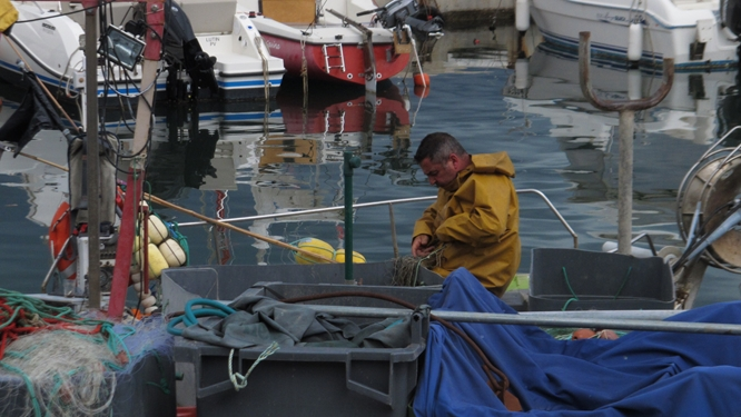 A fisherman attending to his nets in Banyuls. Photos: Elizabeth Kemble for Travellati Tours.