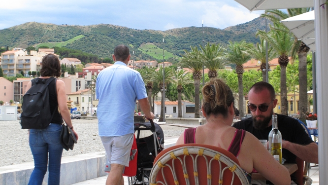 Lunch along the beach in Banyuls. Photo Travellati Tours.jpg