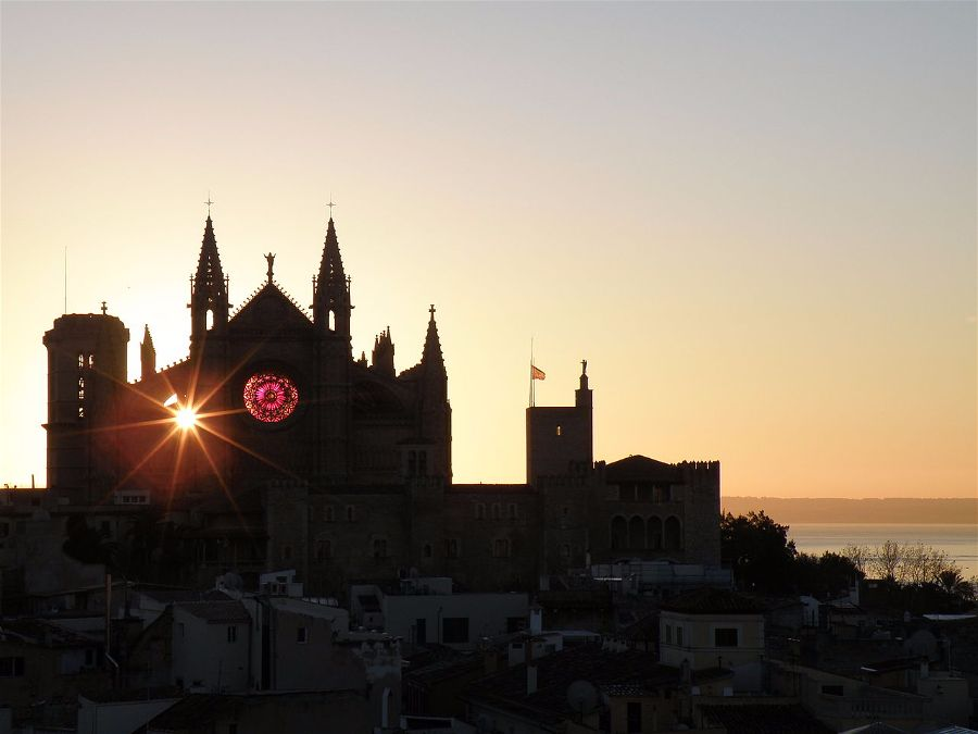 The sun during the winter solstice as it traverses the Cathedral of Mallorca to line up with its rose window. Balearic Islands, Spain. Photo Josep Lluís Pol i Llompart.