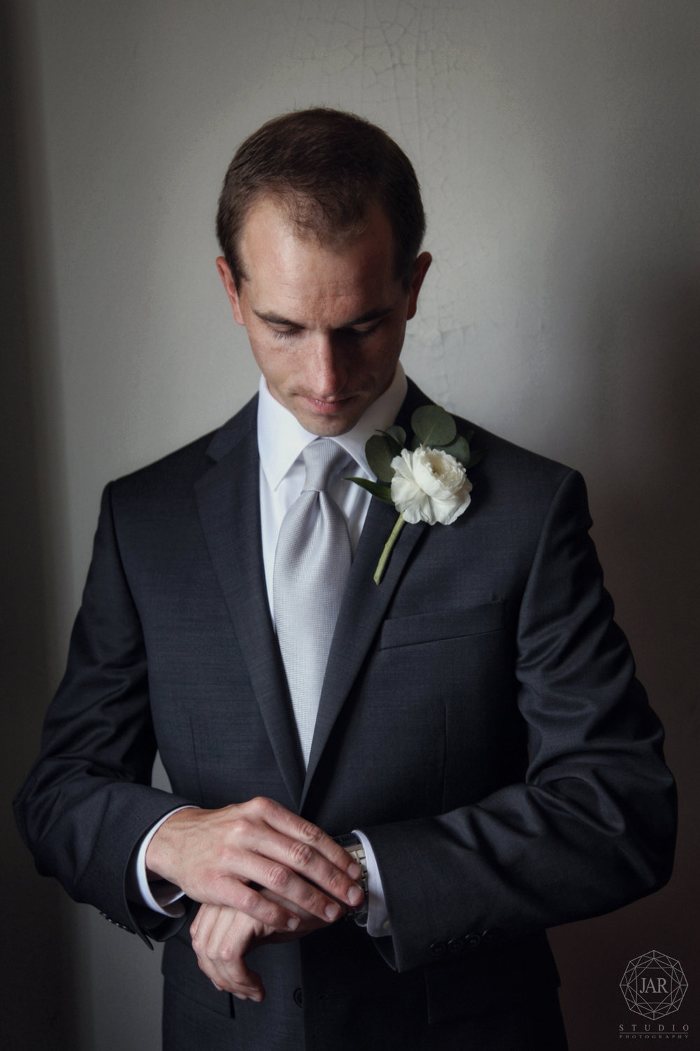 07-groom-gray-suit-silver-tie-jarstudio-orlando-weddings.JPG