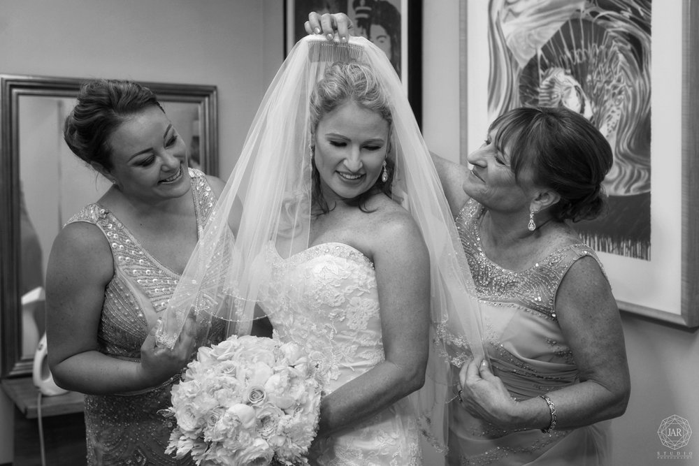 07-mother-putting-bride-daugther-veil-moment-orlando-photographer.JPG