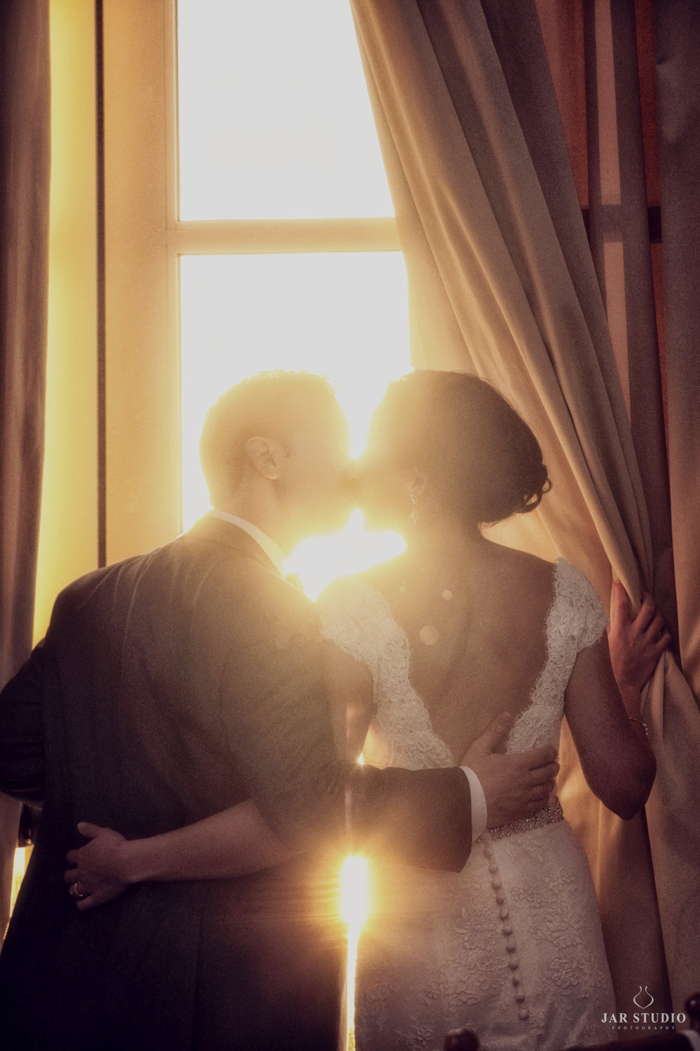 31-romantic-sunset-bride-groom-kissing-sun-jarstudio-photography-orlando.JPG