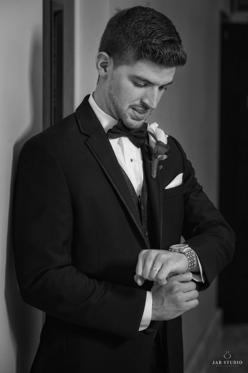 06-groom-getting-ready-elegant-tuxedo-orlando-photography-jarstudio.JPG