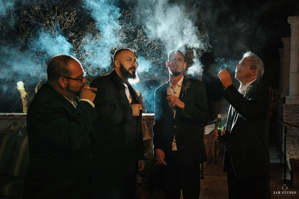 37-groom-groomsmen-cool-tradition-smoking-cigars-jarstudio.jpg