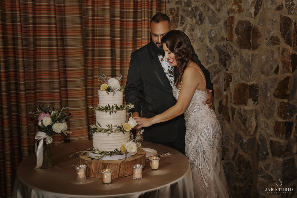 40-cutting-the-cake-fun-moment-rustic-wedding-jarstudio.jpg