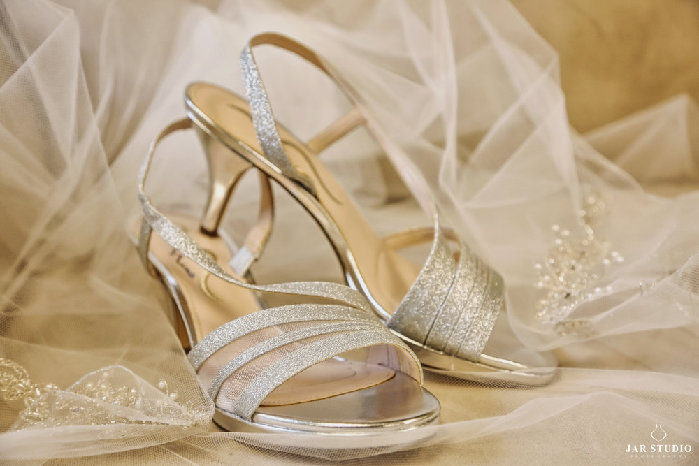 02-silver-shoes-wedding-photography-jarstudio.jpg
