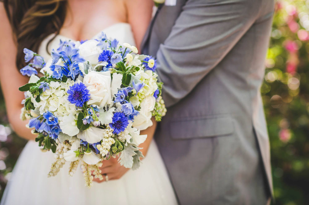 Round with texture wedding flowers - Unbridely