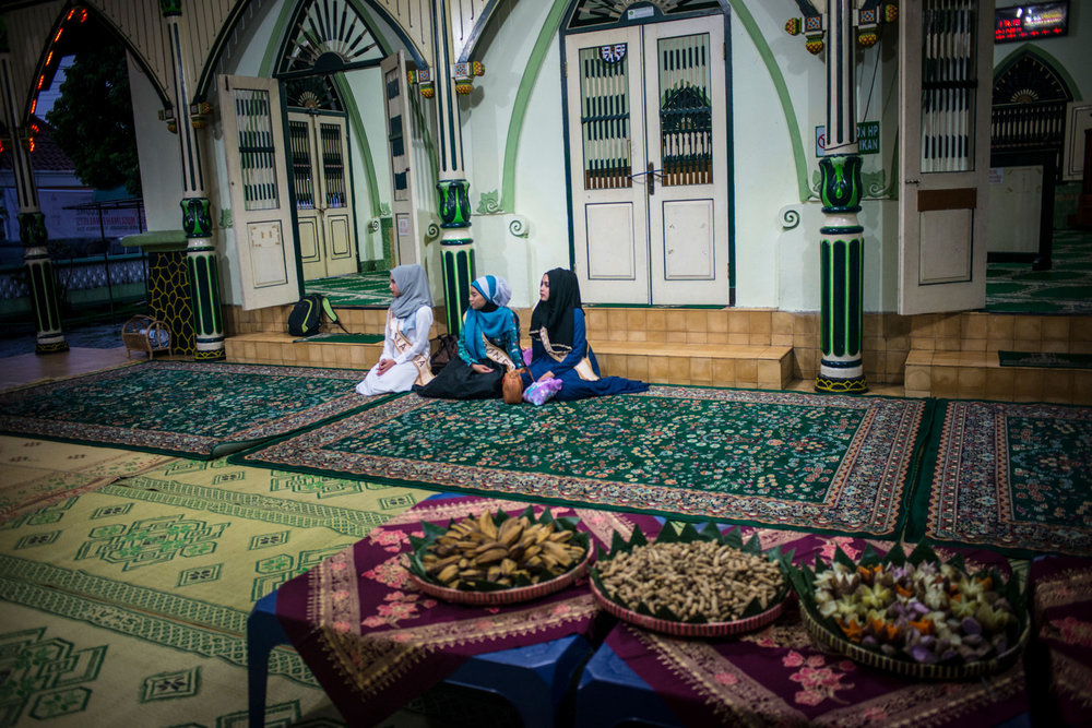 Finalists have a snack at a mosque before praying.