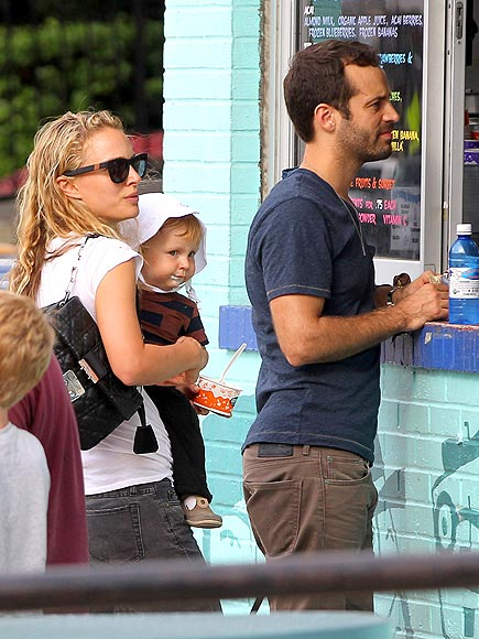 Natalie Portman wears her favorite N°1 Children of California Westward Leaning Sunglasses while out and about with her family. (Image via People.com)