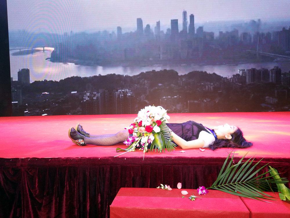 007炭叹《为有名颁奖台增加遗体》-1280.jpg