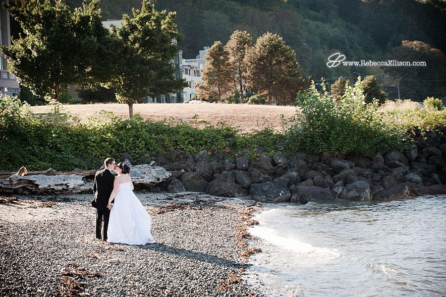 couple kissing at Alki Beach