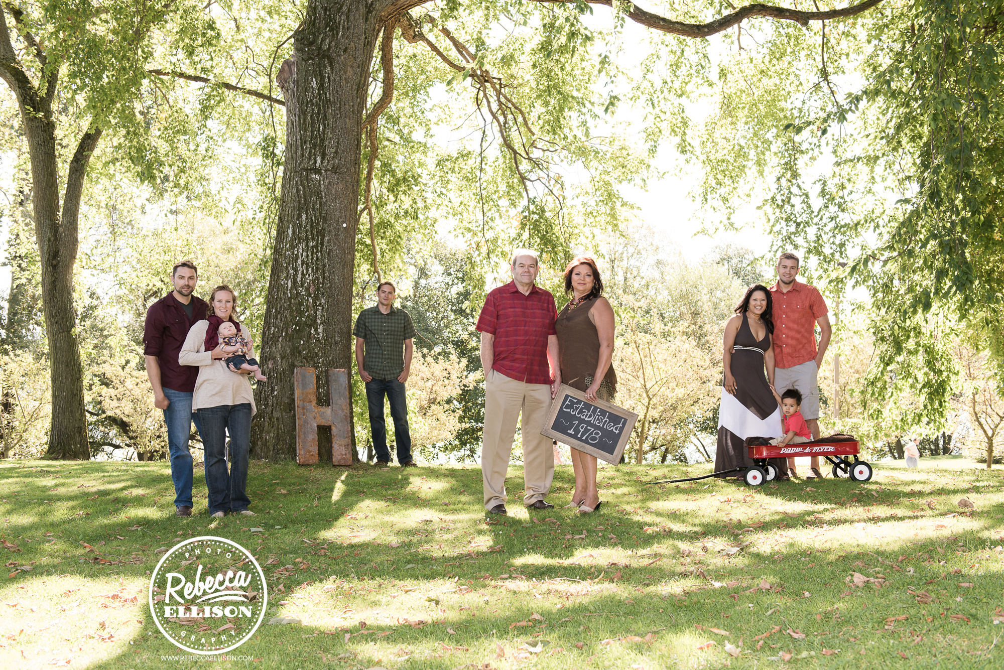 Extended family portraits at Greenlake park in Seattle photographed by Rebecca Ellison Photography