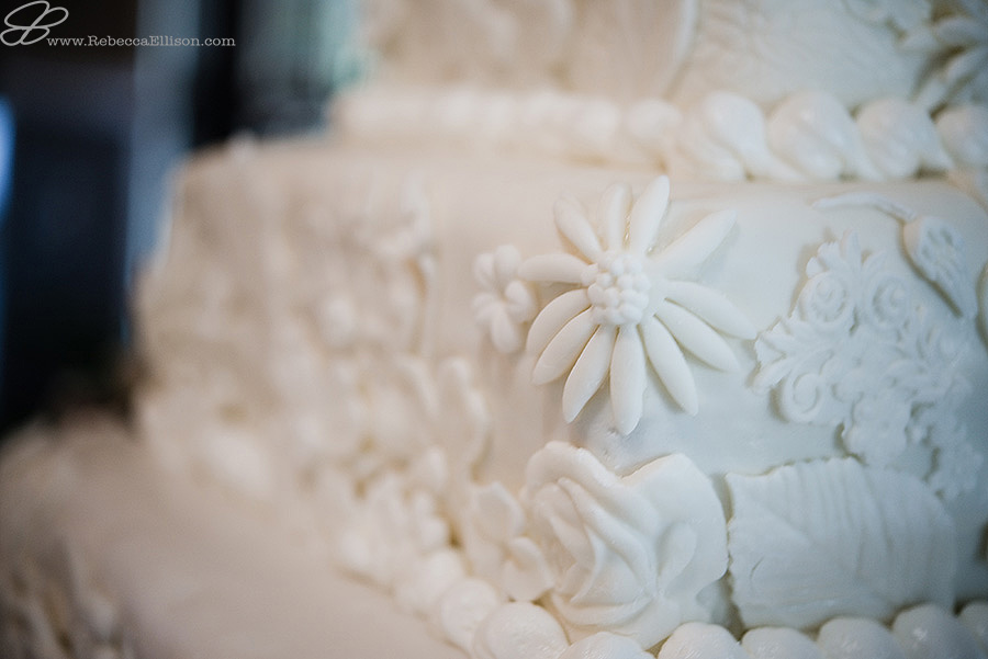 Snohomish wedding photographer Rebecca Ellison captures detail photo of floral design on wedding cake made of white fondont by April VanBrunt