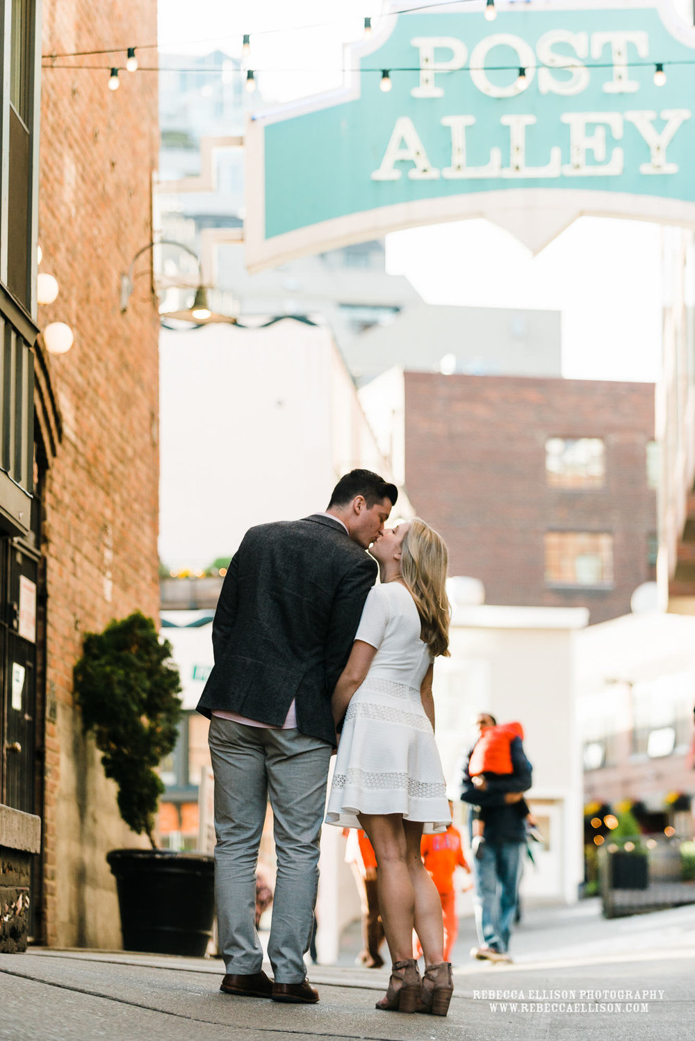 Late afternoon engagement photos at Pike Place Market in Seattle during golden hour of light.www.rebeccaellison.com