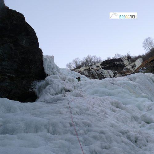 Bre og Fjell tek deg med på guida klatretur opp Avdalsfossen sine 175 meter i Utladalen! Foto: Bre og Fjell
