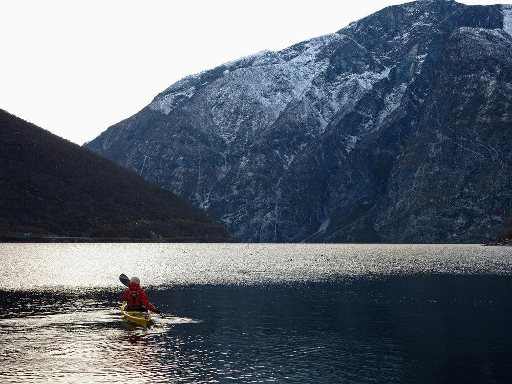Bulder&Brak Opplevingar tek deg med på vinterpadling på Sognefjorden. Foto: bulderogbrak.no