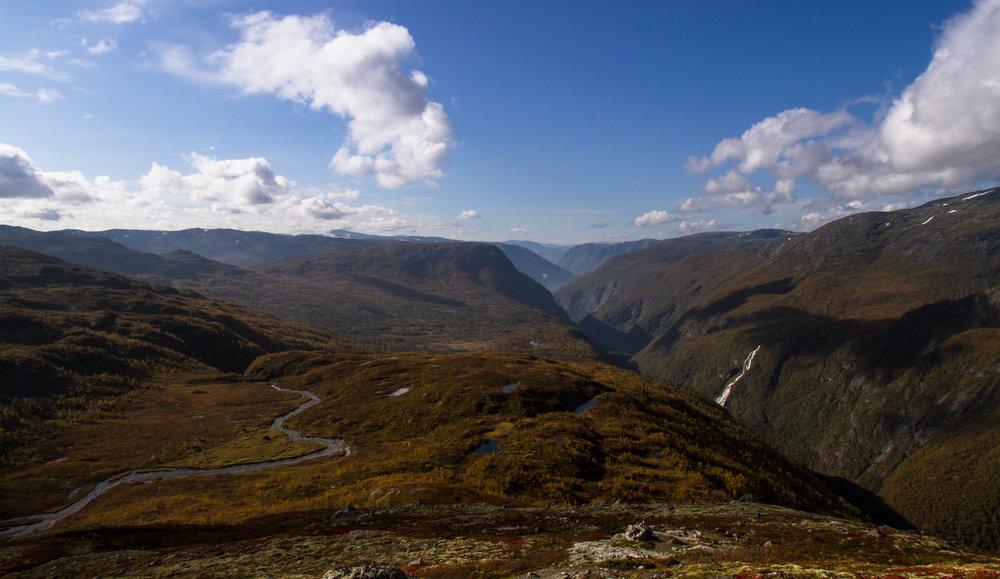 Som eit øksehogg i landskapet strekk Utladalen seg innover Jotunheimen. FOTO: Lasse Aannevik