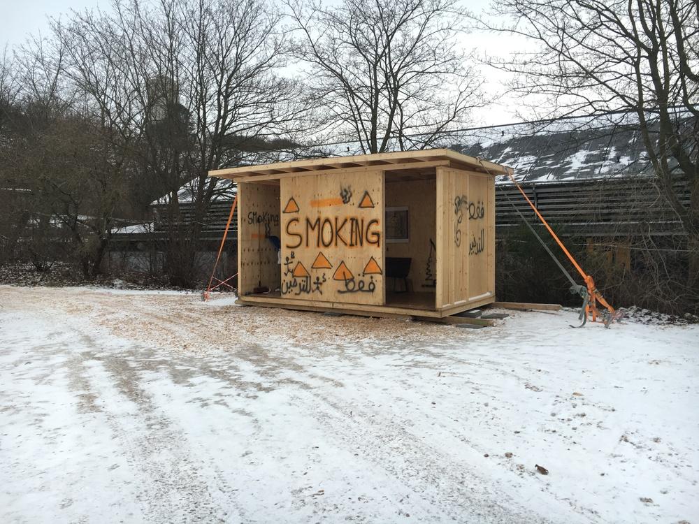 Rygeskuret blev egentlig opført som scene til en julefrokost i Beredskabscenteret. Nu er det lokalt samlingssted i 'flygtningebyen' i Næstved.