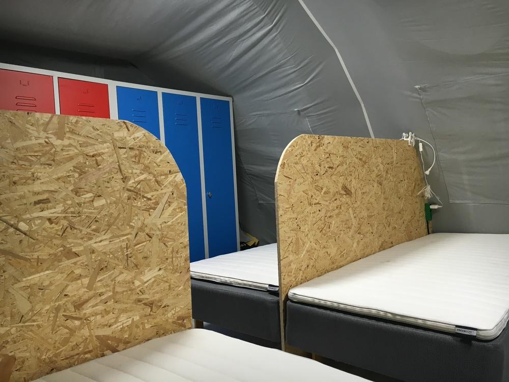 Der er trangt i teltene, hvor boxmadrasserne står sætvis med en 22 milimeter tyk spånplade imellem.