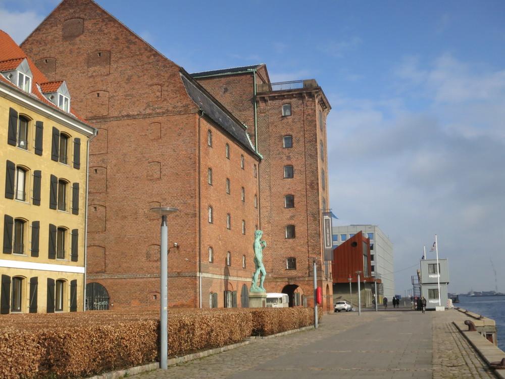 Vestindisk Pakhus ligger belejligt ved indsejlingen til Københavns Kanal. Fra kongeværelset kunne de magtfulde kolonister holde øje med, at skibstrafikken gik, som den skulle. Foto: Ulla Lunn