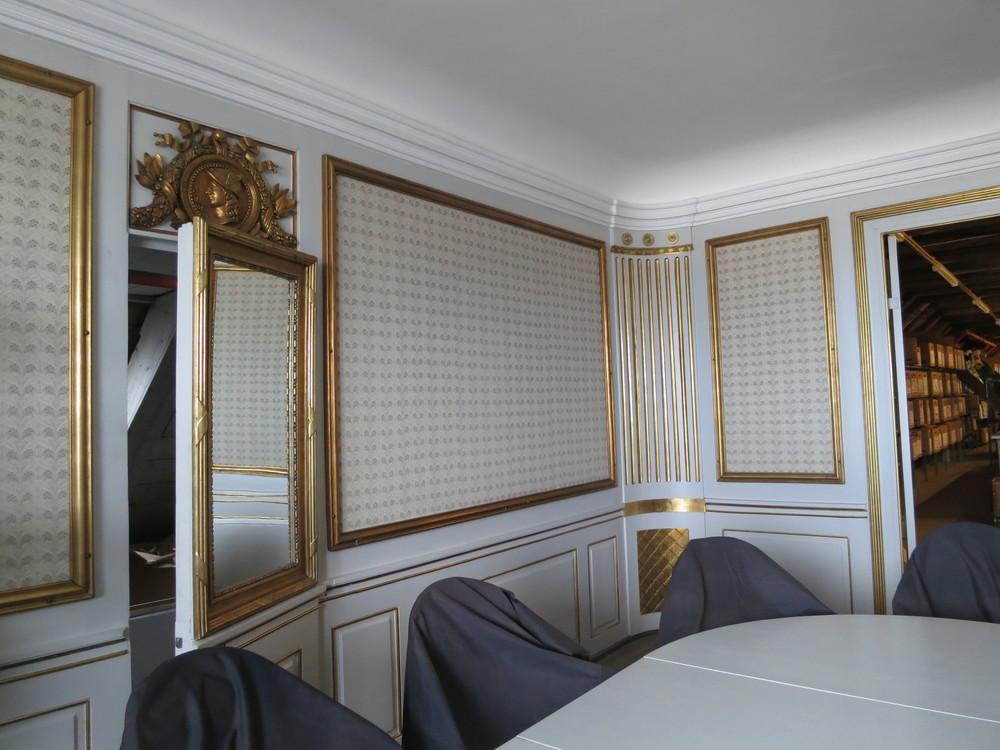 Kongeværelset! Bordet er ikke originalt, det er til gengæld den hemmelige dør bag spejlet, hvor tjenestefolk kunne komme til og fra uden at forstyrre for meget. Foto: Ulla Lunn