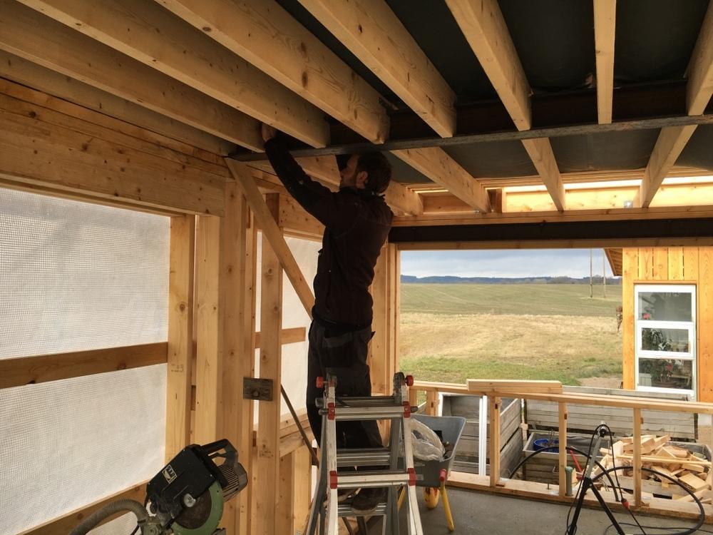 Emil Andersen gør klar til tagkonstruktionen.
