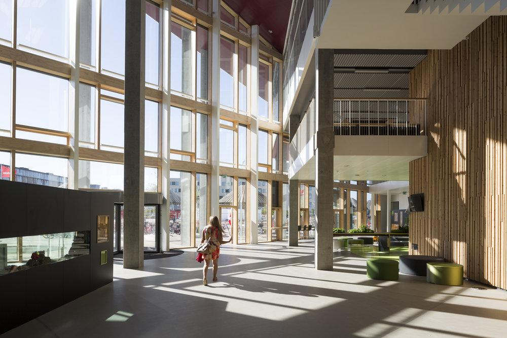 Ankomstsituationen på Skolen i Sydhavnen. Man får en god fornemmelse af den åbne aulas volumen. Foto: Torben Eskerod/JJW arkitekter.