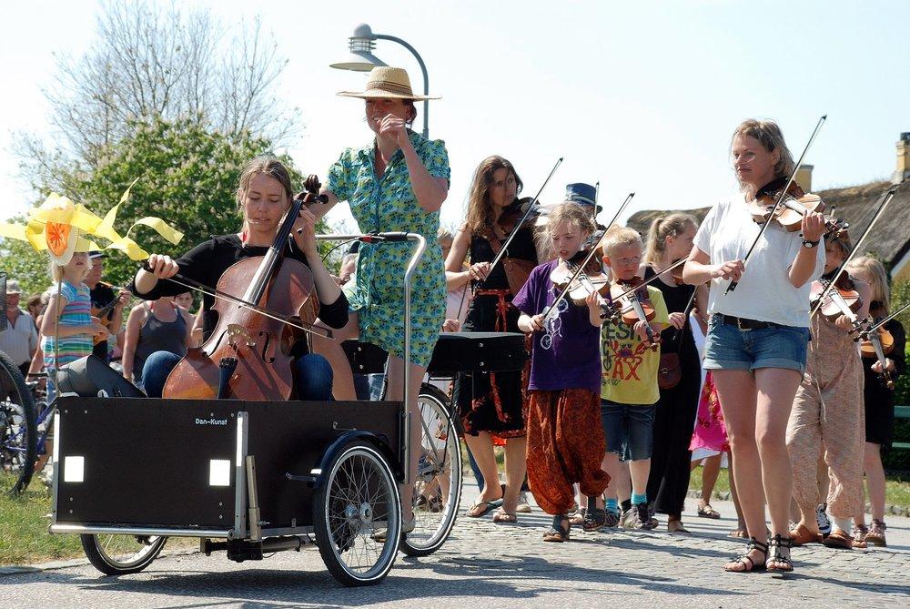 Pinsefestival i Sønderho. Kvinden th. med violinen og de korte bukser er Tove De Fries. Foto: Lånt fra Facebook/pinsefestival