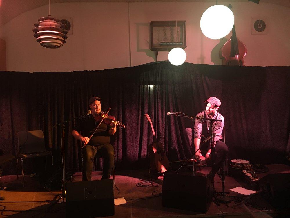 Der skiftes til stepsko før aftenens koncert i Sønderho forsamlingshus i forbindelse med Godfolk Festival. Troy MacGillivray tv. og Louis Charles th.