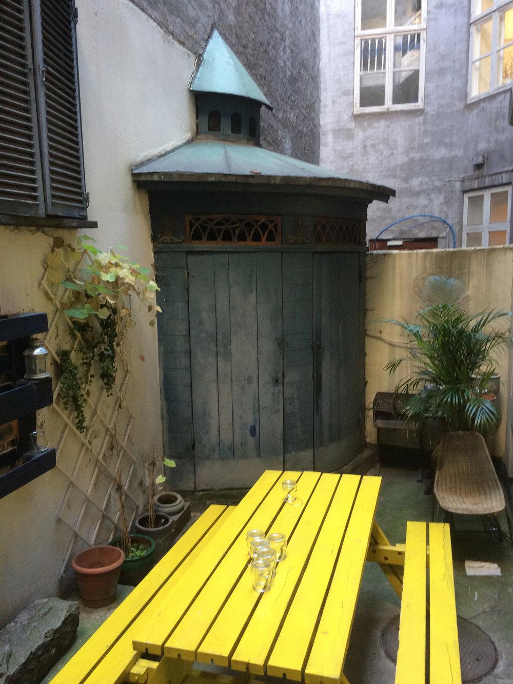 Toilethuset med det fine kobbertag bliver ikke længere brugt som toilet, men den ydre skal er fredet.
