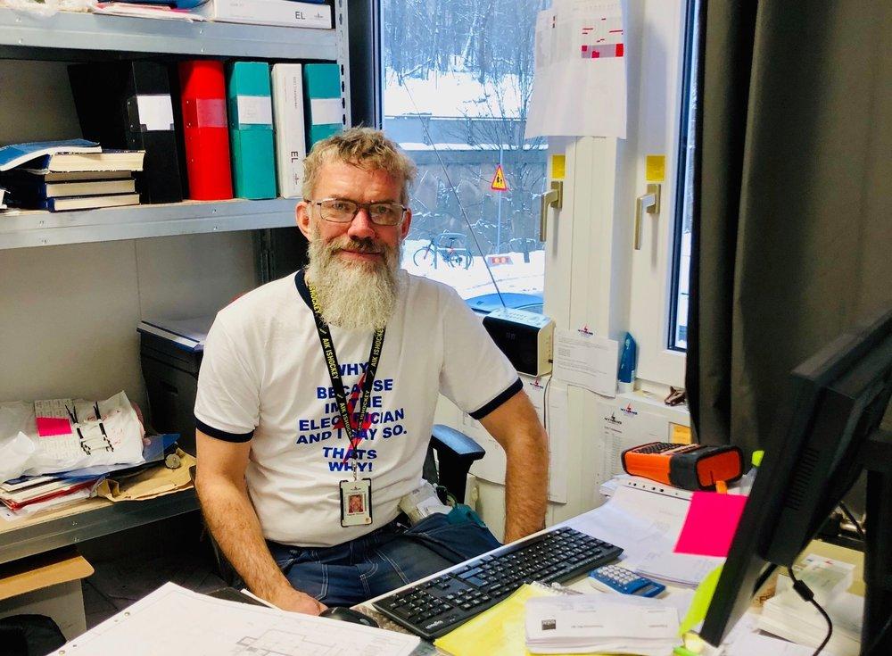 """Lagbasen Ingemar """"Igge"""" Persson tar dagligen emot leveranser i Qlocx leveranscontainer."""