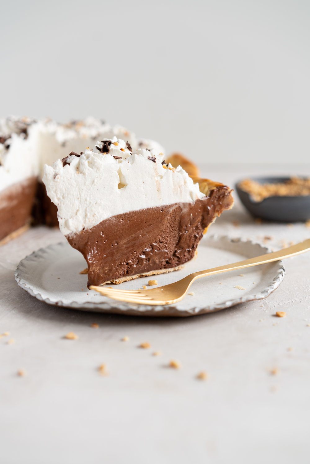 Nutella French Silk Pie - Nutella and dark chocolate mousse pie. An egg free variation on the very popular French Silk Pie, this pie is light and airy, while being rich in flavour. Topped with silky whipped cream to finish, it makes the perfect, easy dessert. The filling is no bake, and it will be a huge crowd pleaser with anyone who loves chocolate. #frenchsilkpie #eggfree #chocolatepie