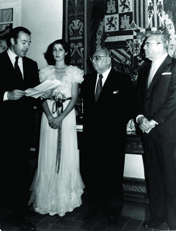 El Duque de Cádiz Alfonso de Borbón condecora a Caro Álvarez con la Orden de Isabel La Católica, 1974.