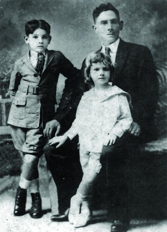 Francisco Caro (Quico) junto a sus dos hijos varones José Antonio (izq) y Francisco Caro Álvarez.