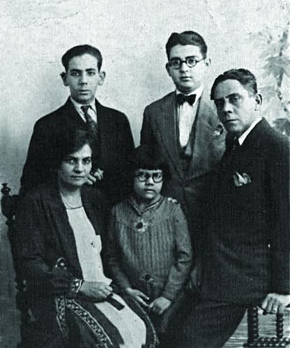 Francisco Caro García y Mercedes Álvarez junto a sus hijos José Antonio, Francisco y Gladys Caro Álvarez.