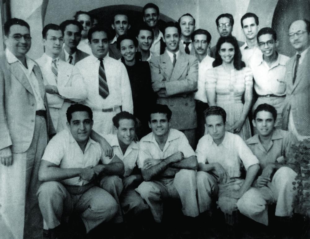 José Antonio Caro Álvarez (izq.) junto a un grupo de estudiantes de la Facultad de Ciencias Exactas de la Universidad de Santo Domingo, c. 1940.