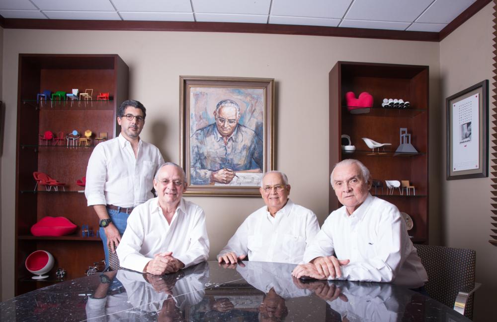 Juan Cristóbal Caro Gómez (de pie), Jaime Batlle, Tony y Danilo Caro Ginebra.