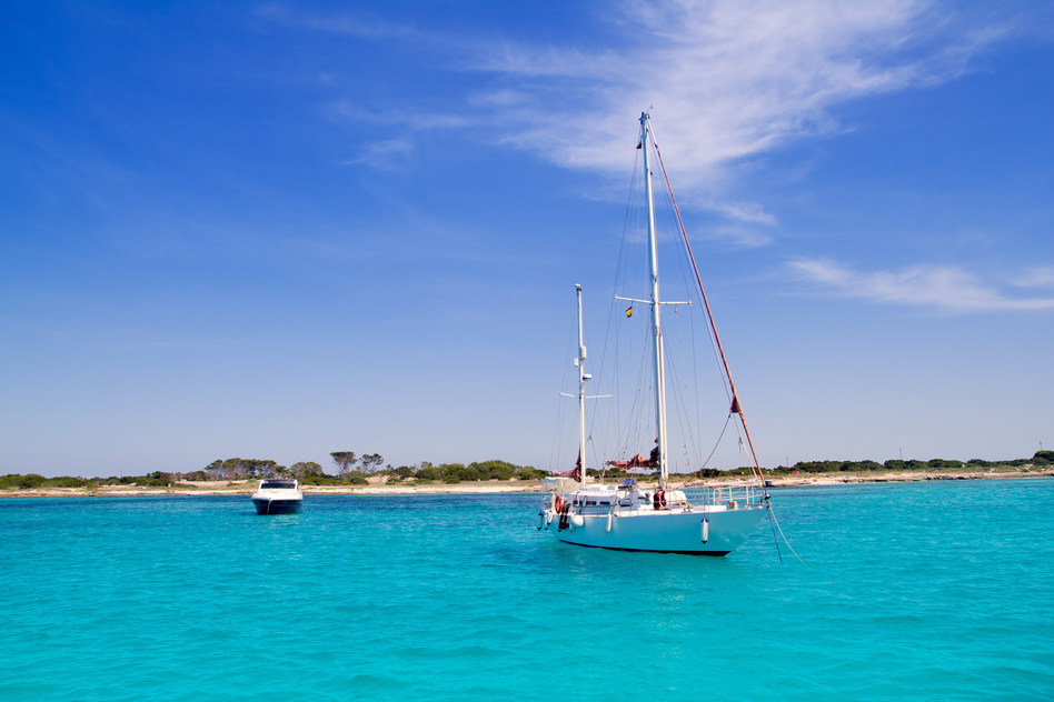 photodune-1551839-anchored-sailboats-in-turquoise-formentera-beach-s.jpg