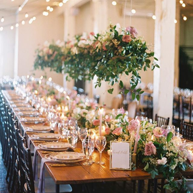 We made it to Friday!! 🙌🏼🙌🏼🙌🏼 Who's feelin' me?! Still dreaming about this hanging head table installation by @ohdeeryfloral and the pretty calligraphy escort cards we created for an event with @gritandgoldeventco and @theactualmrsgardiner. 💕💕 PC: @charlastorey
