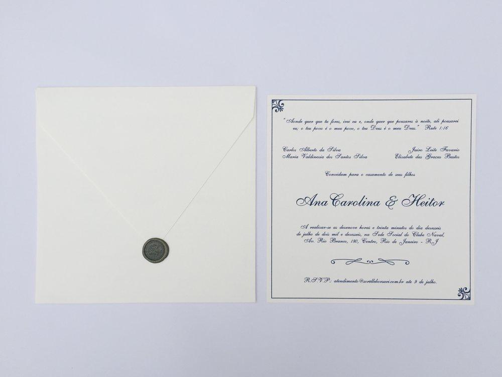 Ana Carolina & Heitor - Papel: texturizado 250g cremeEnvelope: aba bico texturizadoAcabamento: lacre de cera + tagTamanho: 20x20Os convites são entregues finalizados, incluindo barbante e tag com nome dos convidados.{ a partir de R$12,00 }ITENS PERSONALIZÁVEIS: texto, tag e barbante
