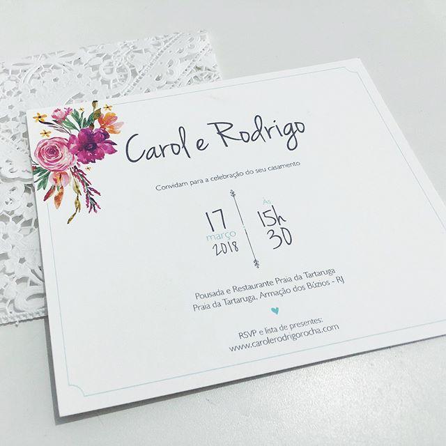Muitas flores para Carol & Rodrigo 💐🌸🌷🌺 . . . . #duoamor #convites #convitesdecasamento #identidadevisual #casamento #diy #handmade #convitepersonalizado #papelariadecasamento