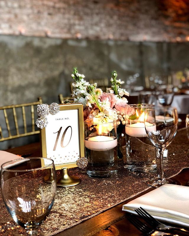 •table 10 sure had some pretty decor this past weekend. shout out to @aga_wedding_event_decor for doing such a great job on heather and jared's g1028 wedding!•