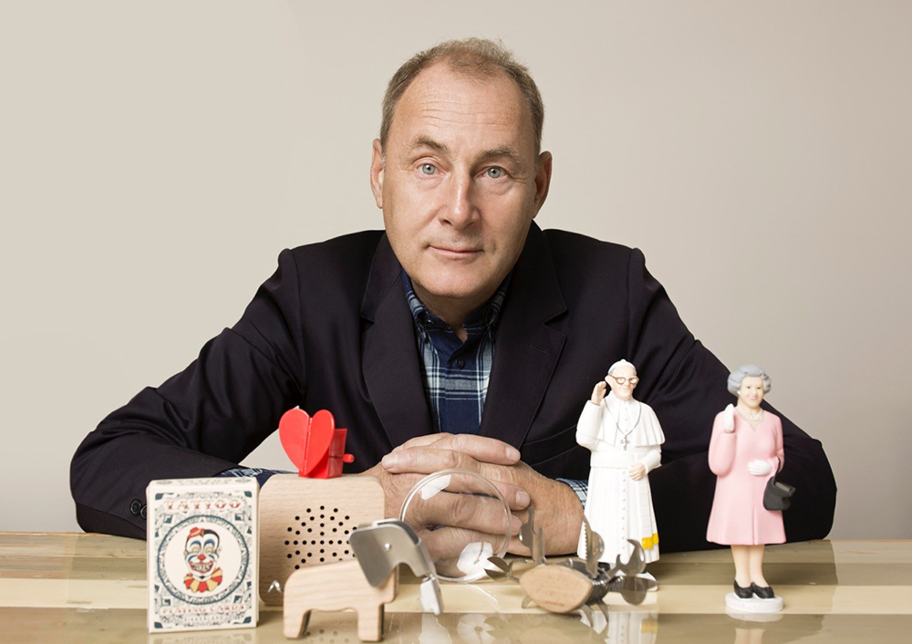 Jan van der Lande posing with iconic Kikkerland products (2016)