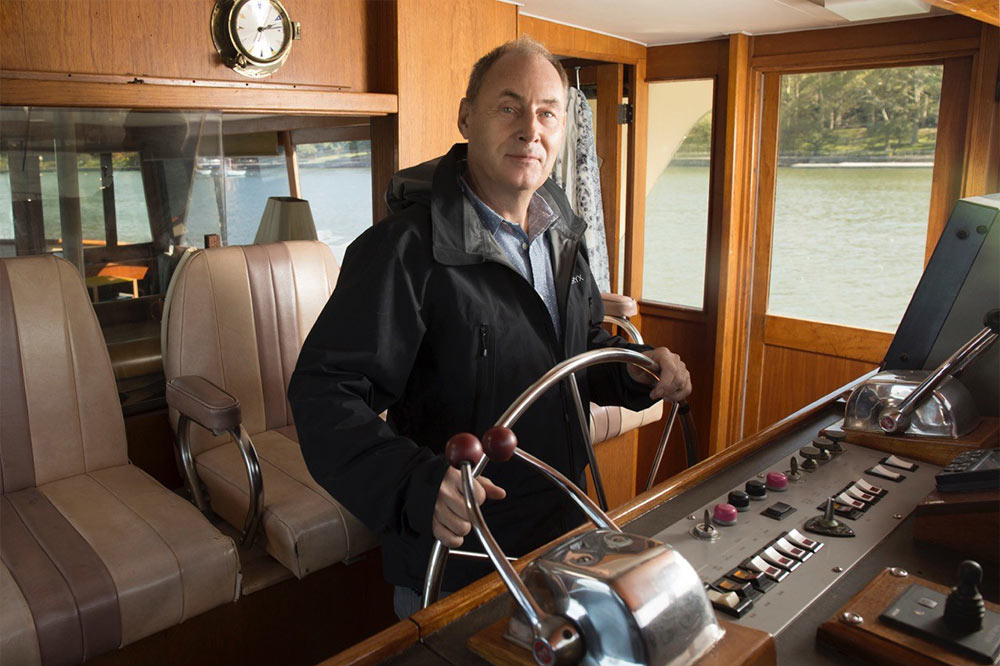 Jan driving his home through the Hudson. This model boat is not produced anymore, '75 Pacemaker (half wood/fiberglass)